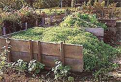 Две компостные кучи. Идеально, если место и количество отходов позволяют разместить, две или более компостные кучи, расположенные бок о бок. Они позволят непрерывно производить компост, так, что когда одна заполняется, в другой компост созревает.